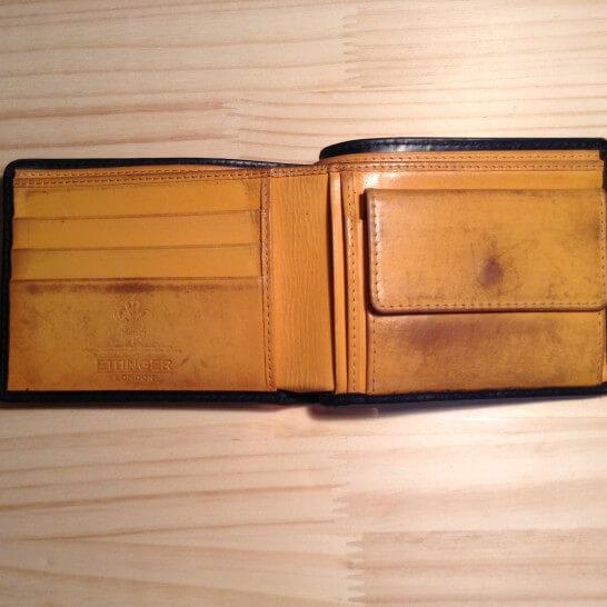 内側に傷がついた革財布