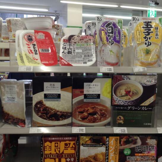 ファミリーマートのレトルト米の陳列棚