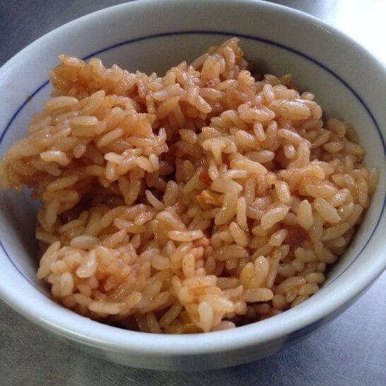 茶碗に盛り付けたチキンライスのレトルト米