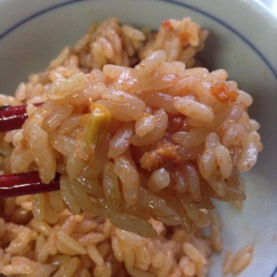 茶碗に盛り付けたチキンライスのレトルト米のズーム