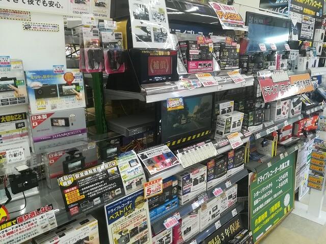カー用品店のドライブレコーダー売り場